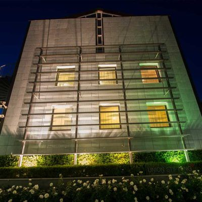 Die Gebäude-Rückseite bei Nacht